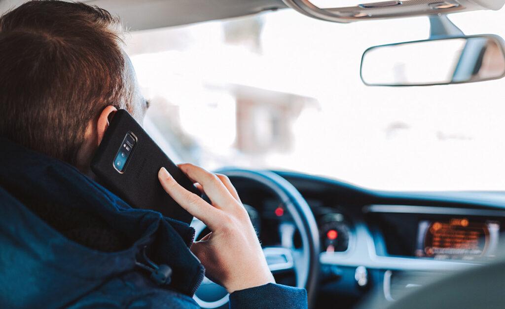 Bilist som ringer på mobiltelefon medan denne kör. Foto: Alexandre Boucher. Licens: Unsplash.com