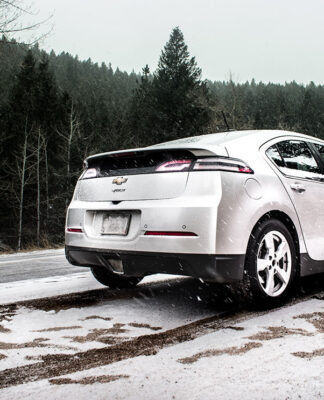 Chevy Volt på vintern. Foto: Colton Sturgeon. Licens: Unsplash.com (free use)